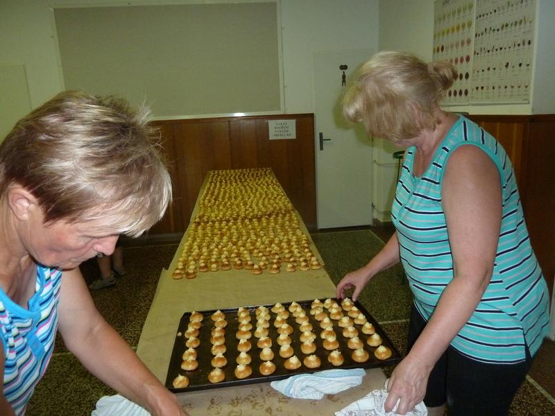 Pečení koláčů na primici Petra Pavla Severina
