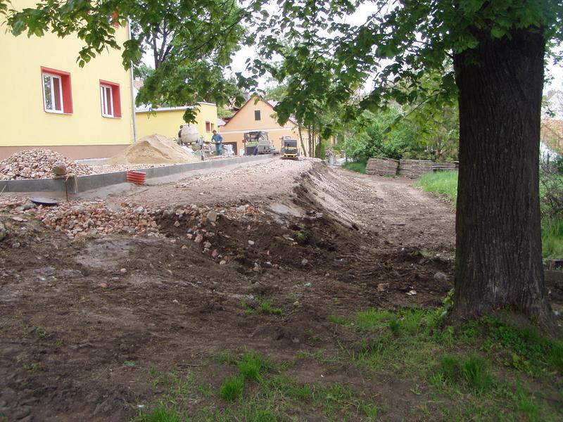 Úpravy dvorku, sadu a hřiště Políčka kolem obecního úřadu