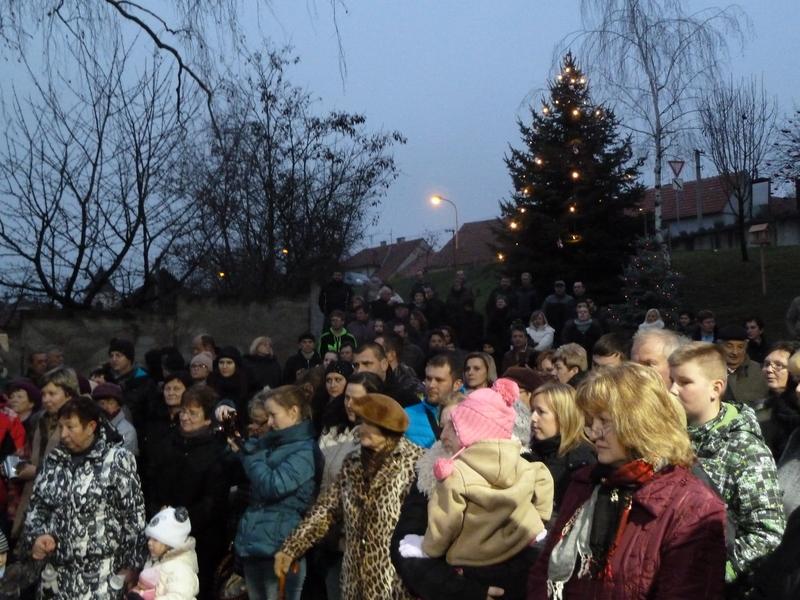 Zpívání u vánočního stromu