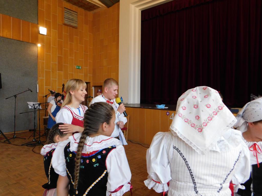 Eliška s Markem popřáli Ždáničánku a předali drobné dárky pro děti.
