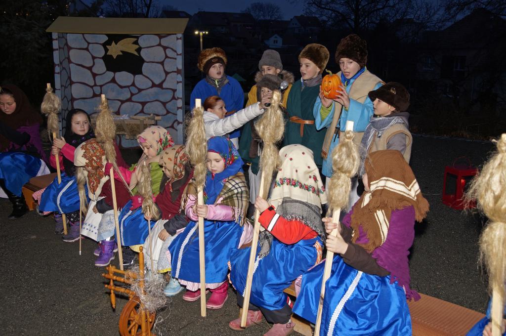 Zpívání u vánočního stromu a živý betlém